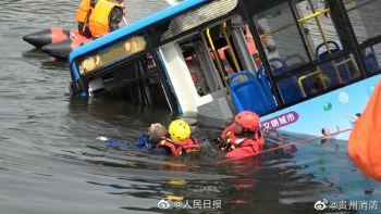 贵州公交车坠湖幸存学生拼命游出 微星科技CEO江胜昌坠亡