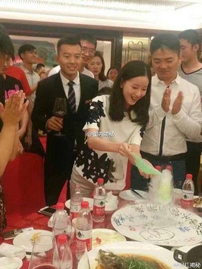 奶茶妹妹章泽天刚开心吃顿饭 刘强东初恋就来了
