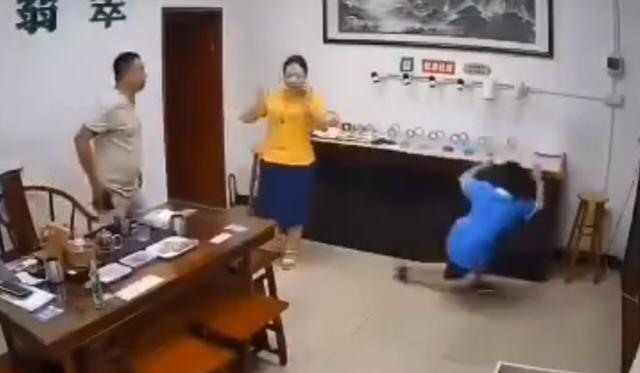 热点:店主回应熊孩子尬舞扯翻一桌翡翠 学校通报男教师不雅视频事件