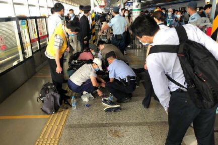 热点:男子地铁站内晕倒抢救无效离世 国航客机内有乘客自杀身亡