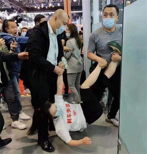 特斯拉副总裁回应车展维权事件 新华社评特斯拉车顶维权
