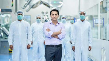 印度疫苗生产商CEO逃往英国!大妈在自家菜园种植600多株罂粟