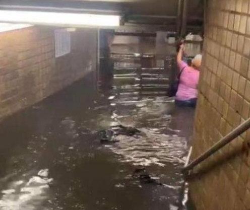 纽约地铁被淹 美网民:像中国