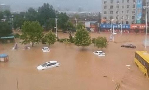 气象局长被大水冲走后获救