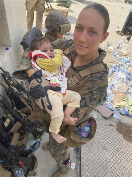 抱阿富汗婴儿女兵被炸死