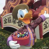 唐老鸭糖果遭游客疯狂抠光 隔代教育被吐槽