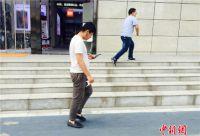 低头族有专用通道啦!在西安你可以一边走路一边玩手机