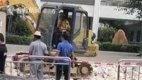外卖员帮开挖掘机:外卖送出的不止食物,还有人情味!