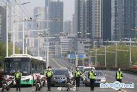 热点:全中国默哀三分钟 北京街头行人止步车辆鸣笛