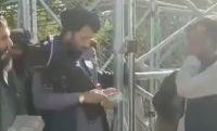 塔利班释放俘虏现场发钱 每人371元人民币遣散费